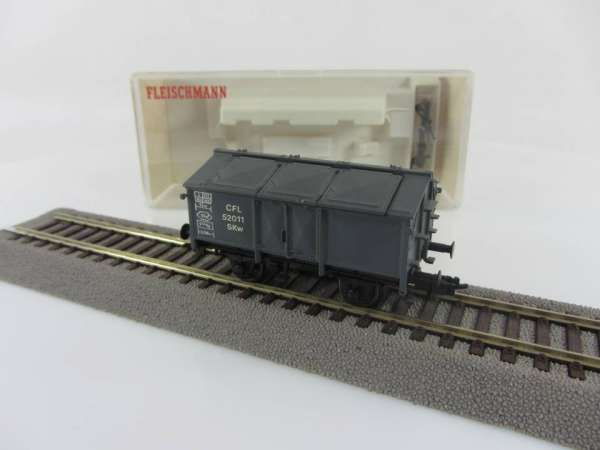 Basis Fleischmann 5213K Güterwagen mit Klappdeckel der CFL in grau (I), mit KKK neuwertig mit OVP
